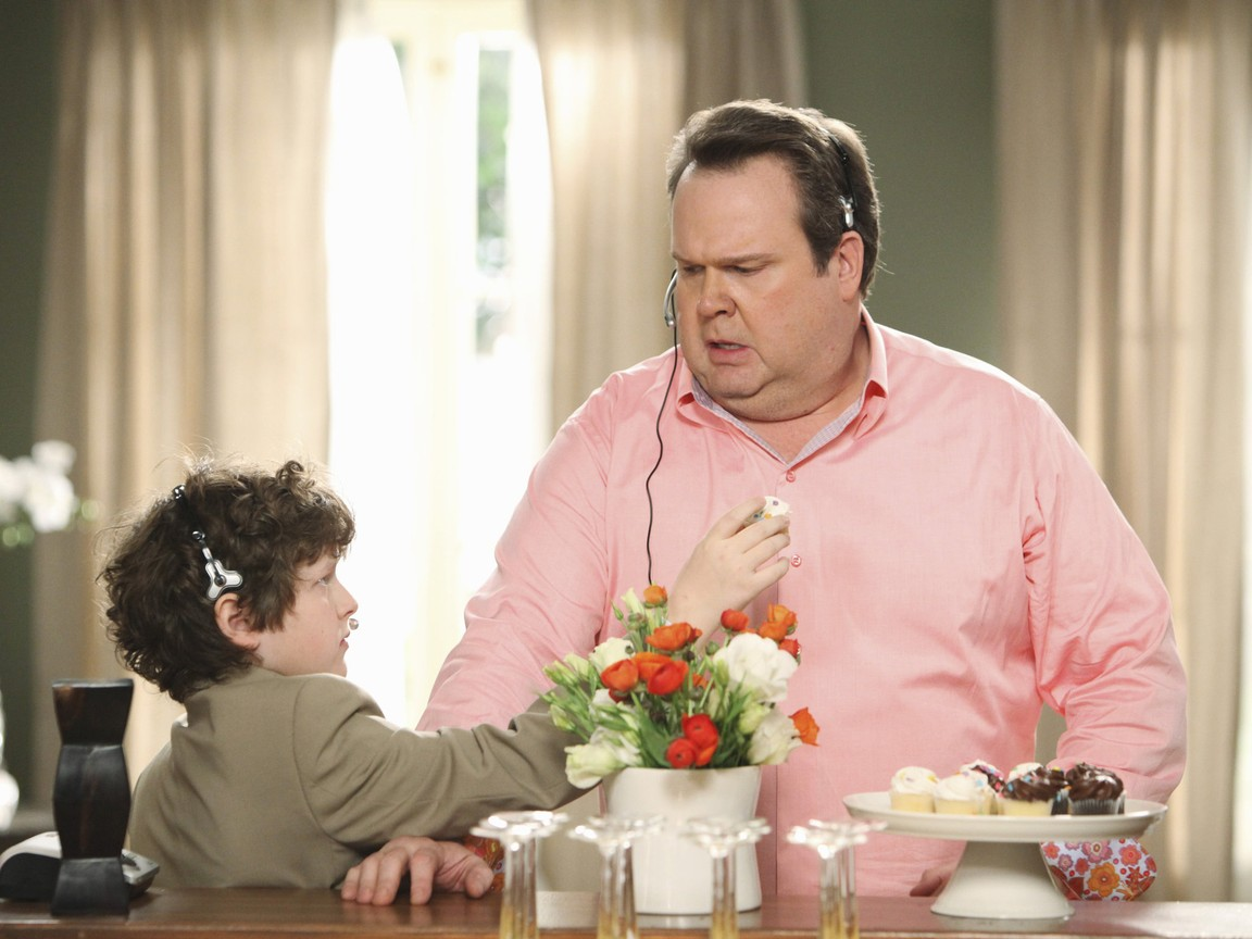 Modern Family - Season 2 Episode 16: Regrets Only
