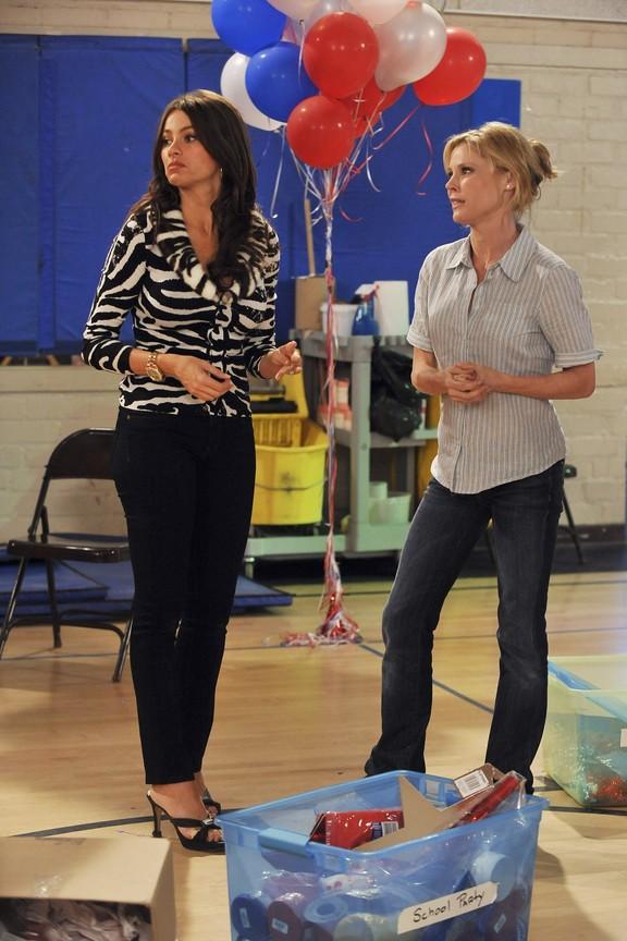 Modern Family - Season 2 Episode 10: Dance Dance Revelation